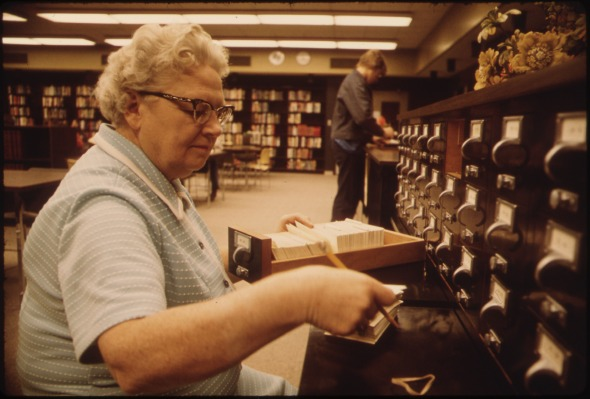 LIBRARIAN_AT_THE_CARD_FILES_AT_SENIOR_HIGH_SCHOOL_IN_NEW_ULM_MINNESOTA._THE_TOWN_IS_A_COUNTY_SEAT_TRADING_CENTER_OF..._-_NARA_-_558218