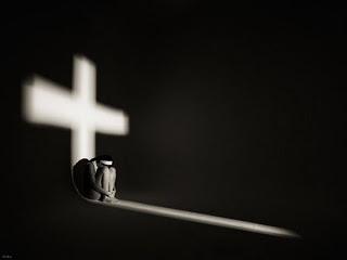 mujer-sombra-cruz